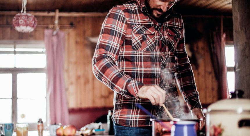 Markus Sämmer cooks in a small rustic cottage